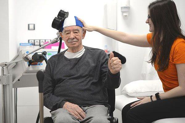 paciente y terapeuta de neurofisiología clínica